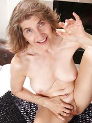 Anilos Bobby Bentley fingers her hairy matured pussy