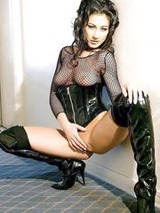 Goth lolita Alaura spreads her legs