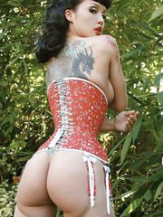 Erotic model Masuimi getrs naked outdoors