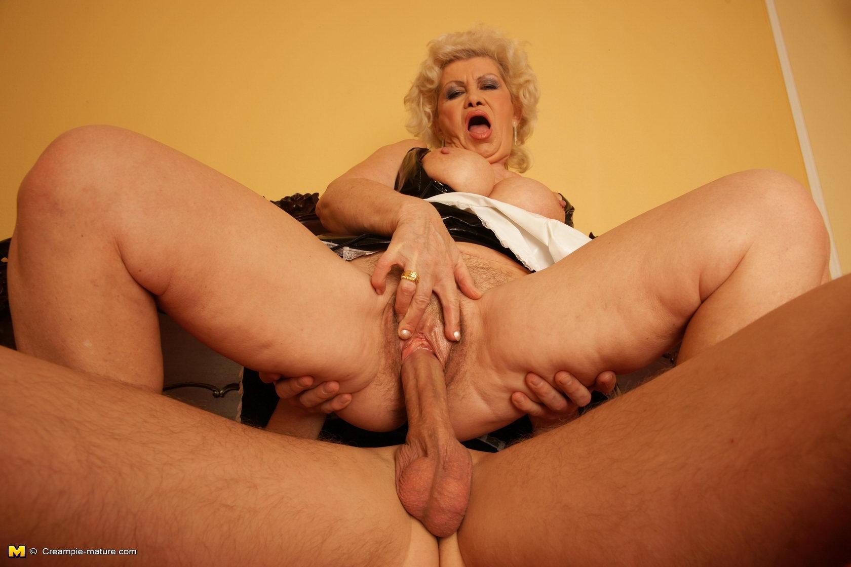 Старой женщине делают кунилингус 4 фотография