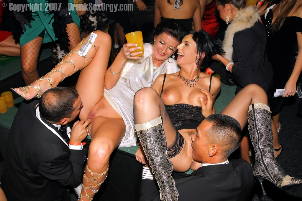 Порно видео кунилингус в клубе