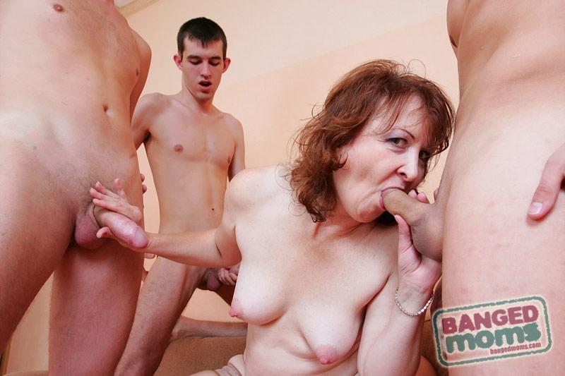 порно фото ебут мать по кругу